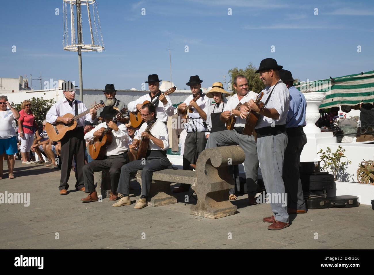 Teguise Lanzarote Kanarische Inseln Gruppe Musiker Plaza De La Constitución unterhaltsam Besucher Wochenmarkt traditionelle Melodien Stockbild