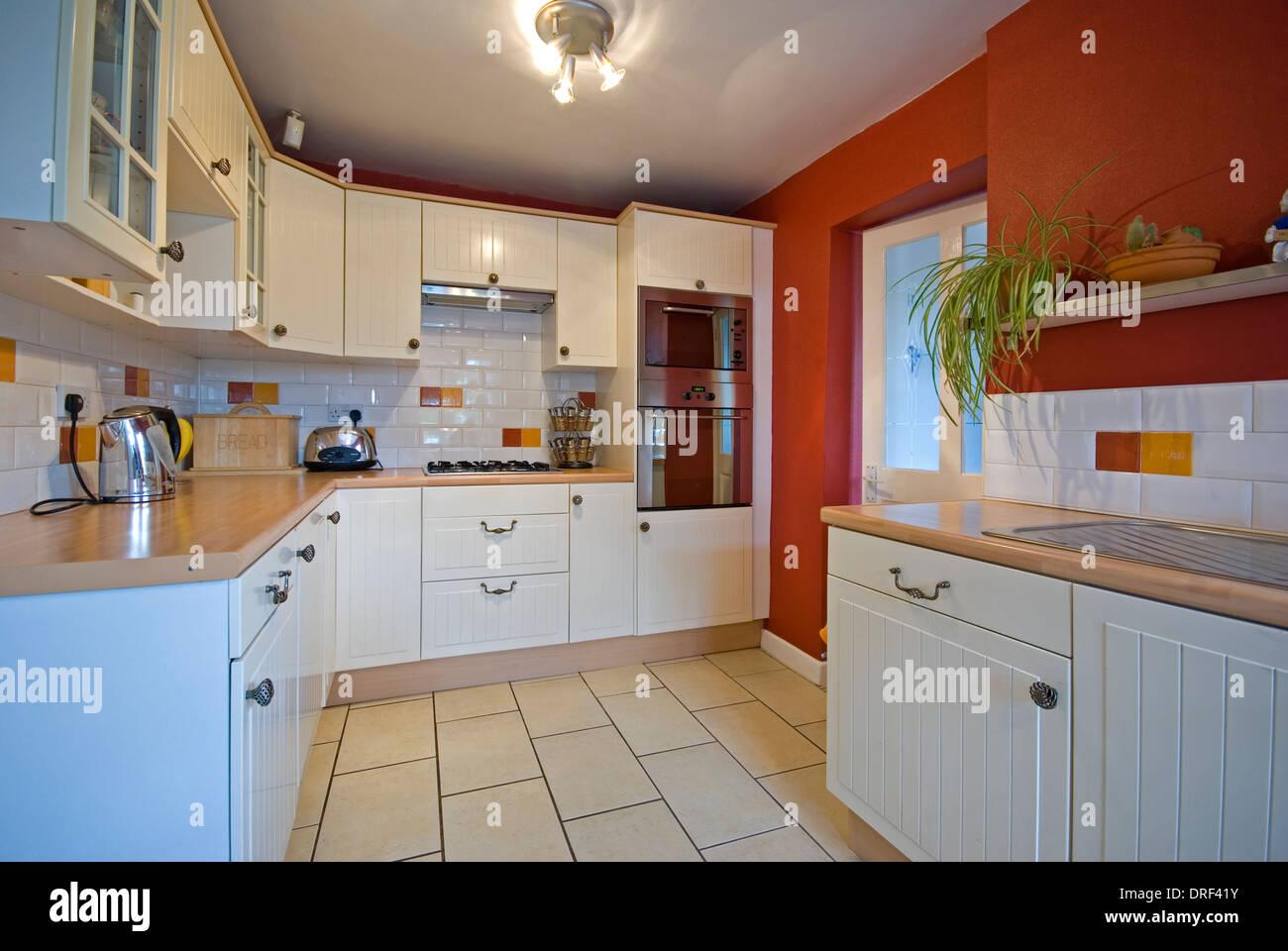Familienküche mit weißen Shaker-Stil-Schränke und Holz Laminat ...