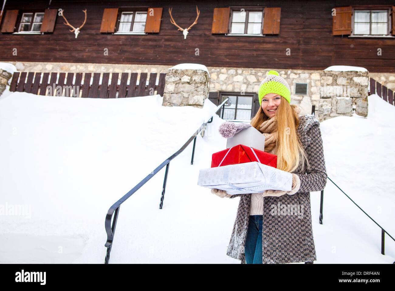 Junge Frau mit Weihnachtsgeschenke, Spitzingsee, Bayern, Deutschland ...