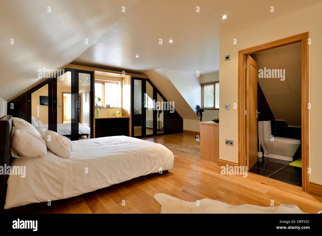 Moderne Schlafzimmer mit Ensuite-Badezimmer Stockfoto, Bild ...