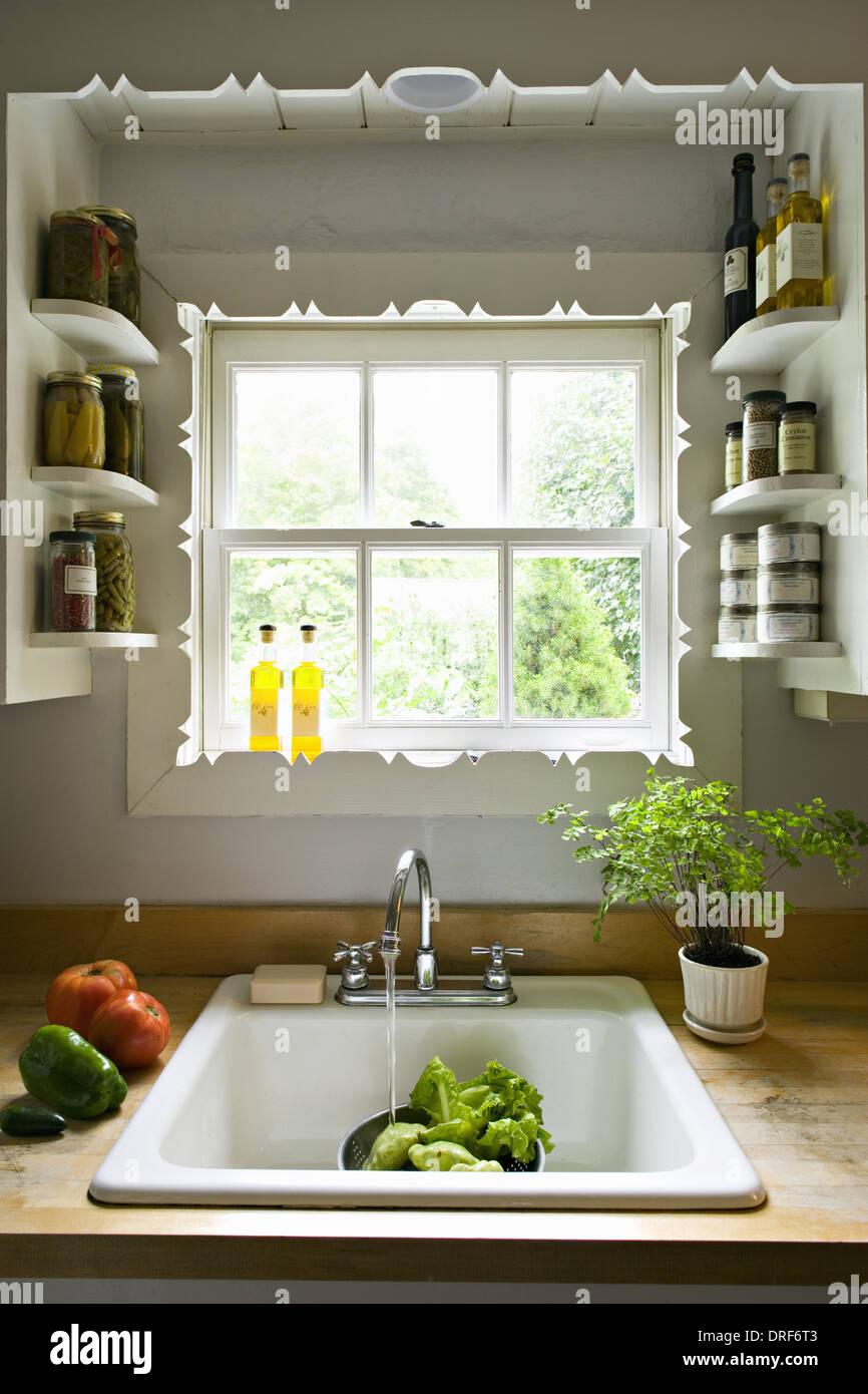 Maryland USA Küchenfenster mit Regalen traditionelle Waschbecken ...