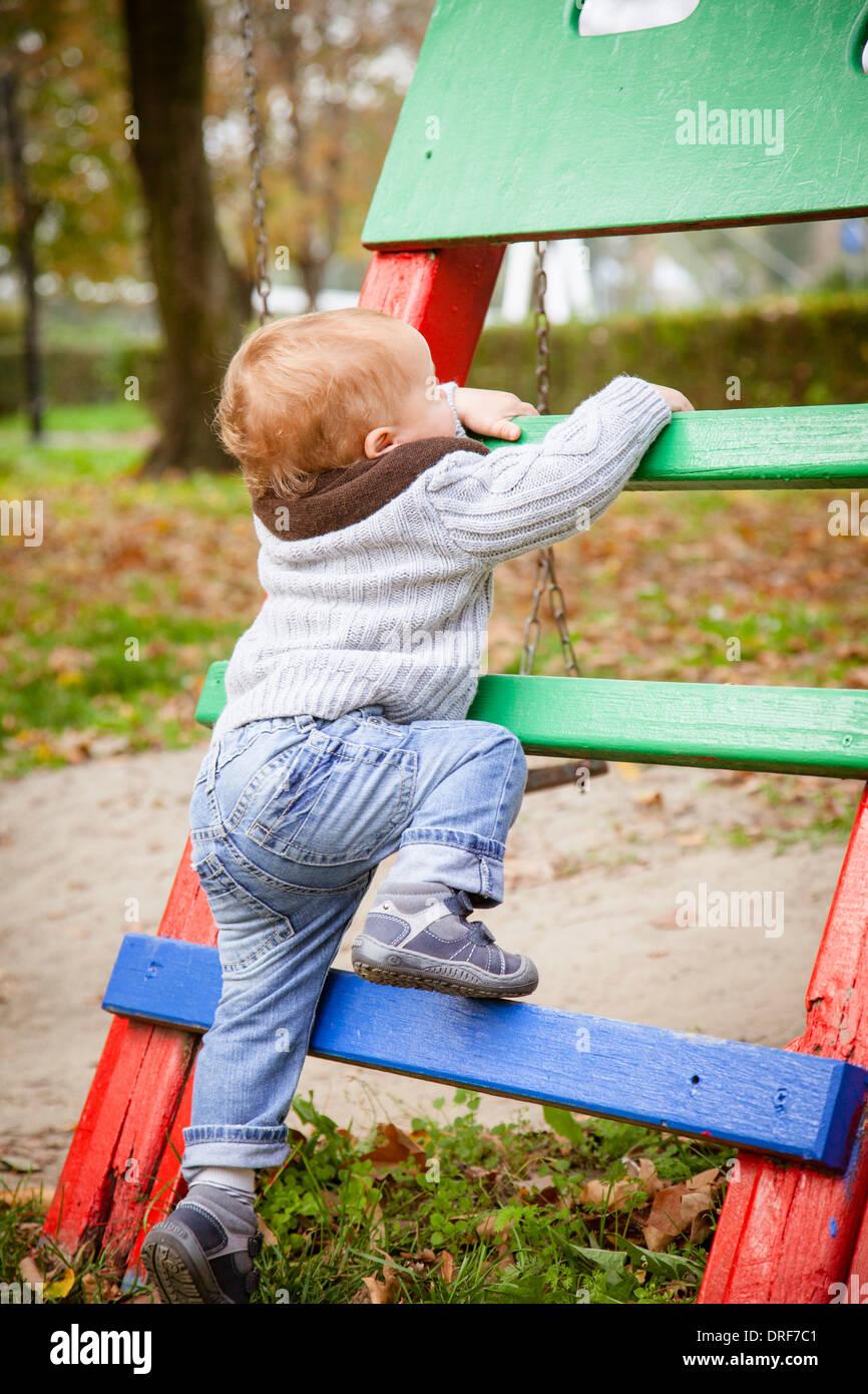 blond boy climbing outdoors stockfotos blond boy climbing outdoors bilder alamy. Black Bedroom Furniture Sets. Home Design Ideas
