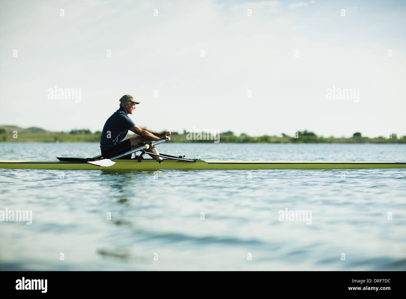 Colorado USA Mann mittleren Alters im Ruderboot auf dem Wasser Stockbild