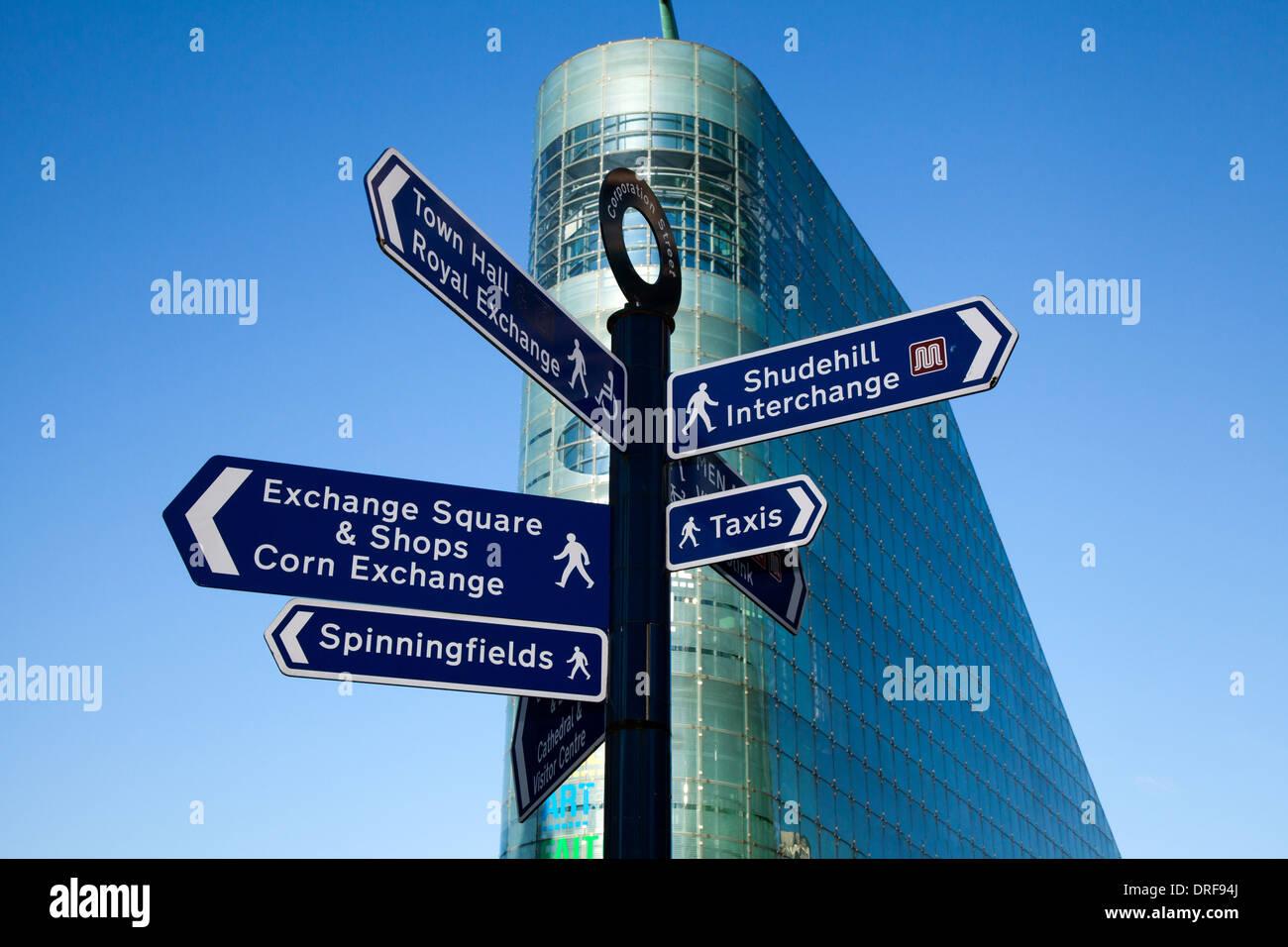 Straßenschild mit unterschiedlichen Zielen. Standorte & Reiseziele in der Nähe der Urbis Ausstellung Fußball Museums in Manchester, England, UK, Europa Schauplatz, Stockbild