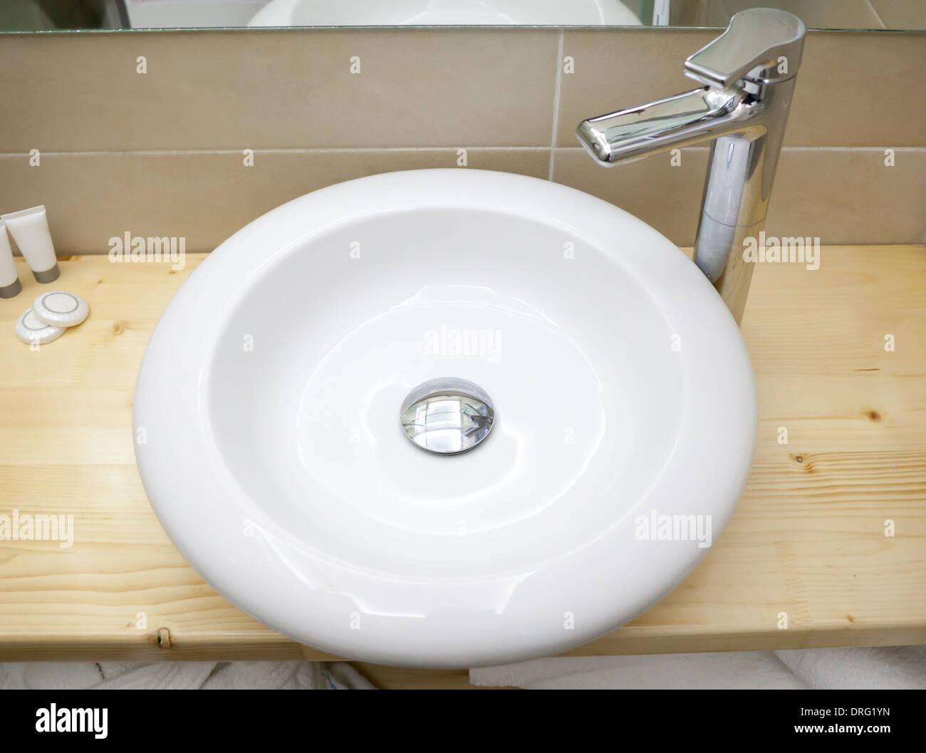 Runde weiße Wanne im Badezimmer auf Holzregal Stockfoto, Bild ...