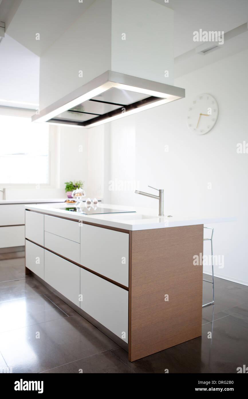 Moderne Küche-Insel mit Induktionsherd und Waschbecken Stockfoto ...