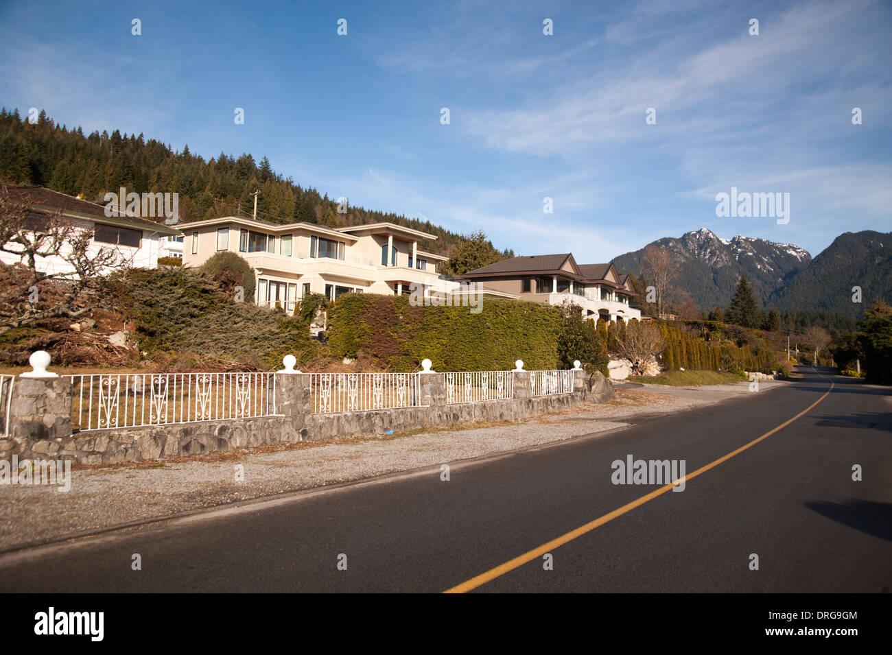 Nachbarschaft in den Eigenschaften des britischen West Vancouver, Kanada mit den Bergen im Hintergrund Stockbild