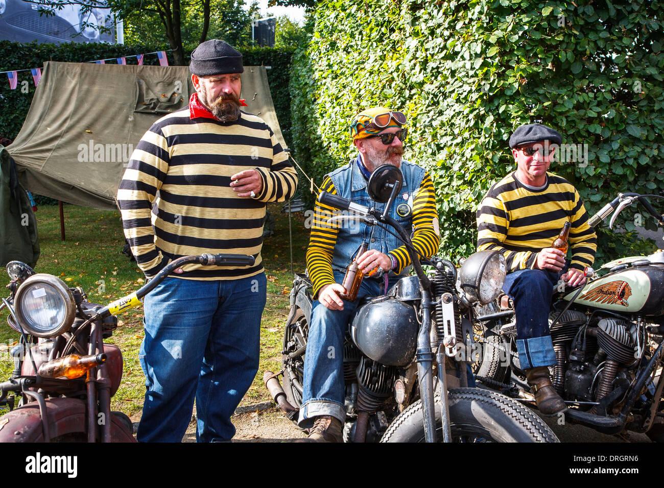 Mitglieder der Hornets-Bande sitzen auf indische Motorräder am Goodwood Revival 2013, West Sussex, Großbritannien Stockbild