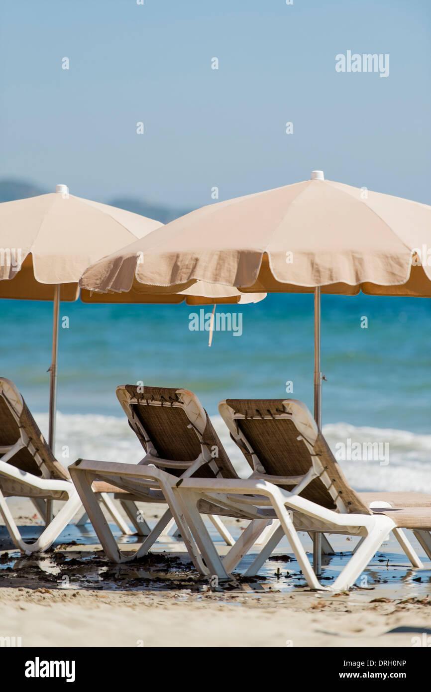 Leere Liegestühle, Platja d ' en Bossa, Ibiza, Spanien - Platja d ' en Bossa, Ibiza, Spanien Stockbild