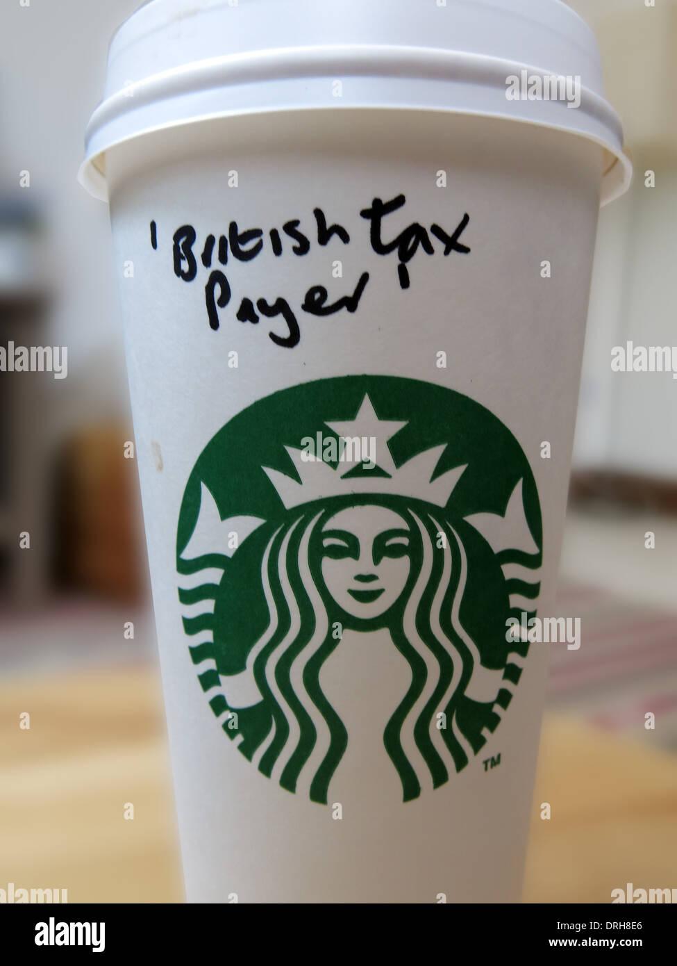 Starbucks Kaffee Tasse mit britischen Steuerzahler als Namen. Jemand mit dem Ausdruck ihrer Wut Stockbild