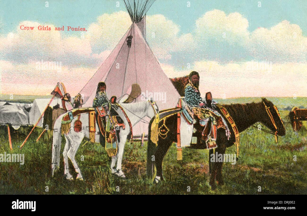 Zwei Absarokee Mädchen mit ihren ponies Stockfoto