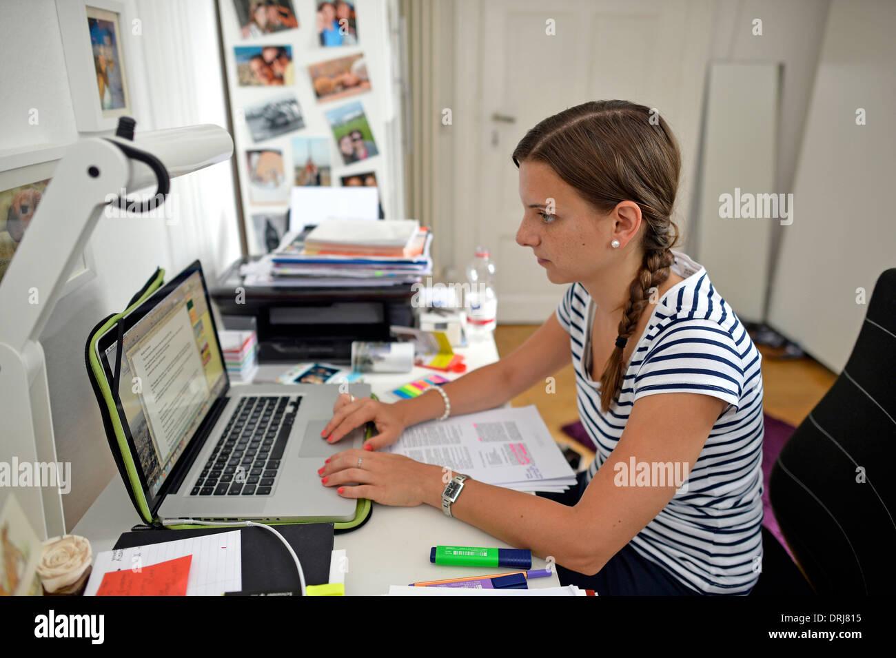Junge Studentin Student gräbt vor Laptop Herr verfügbar schreibt Stockbild