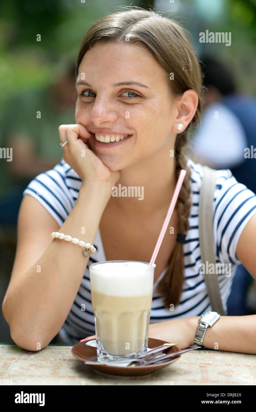 Student junge Frau mit Kaffee Macchiato Herr verfügbar, Studentin Junge Frau Mit Latte Macchiato Herr Testsignal Stockbild