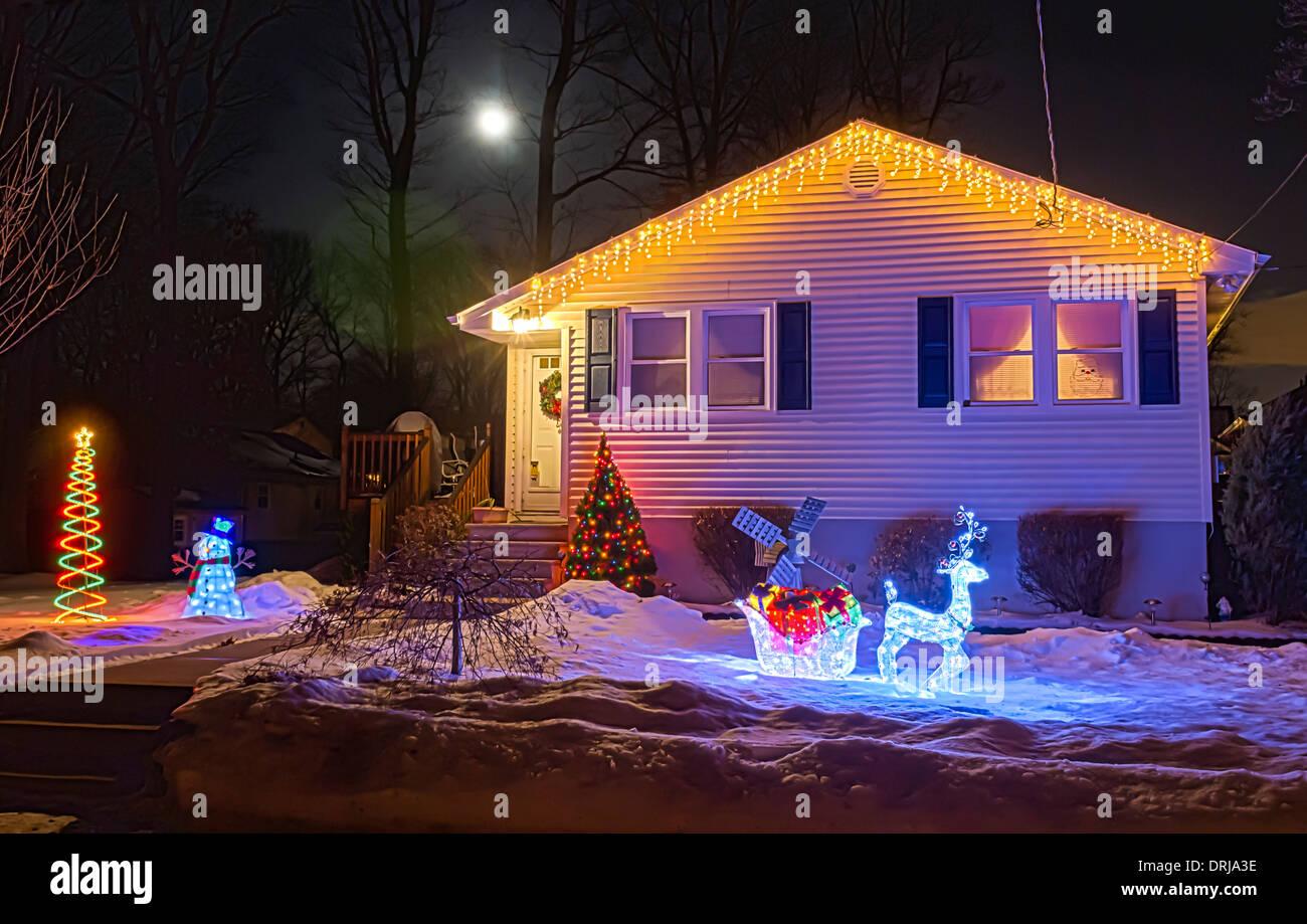 Haus Weihnachtsbeleuchtung.Nächtliche Und Weihnachtsbeleuchtung An Einem Haus Sind Beleuchtet