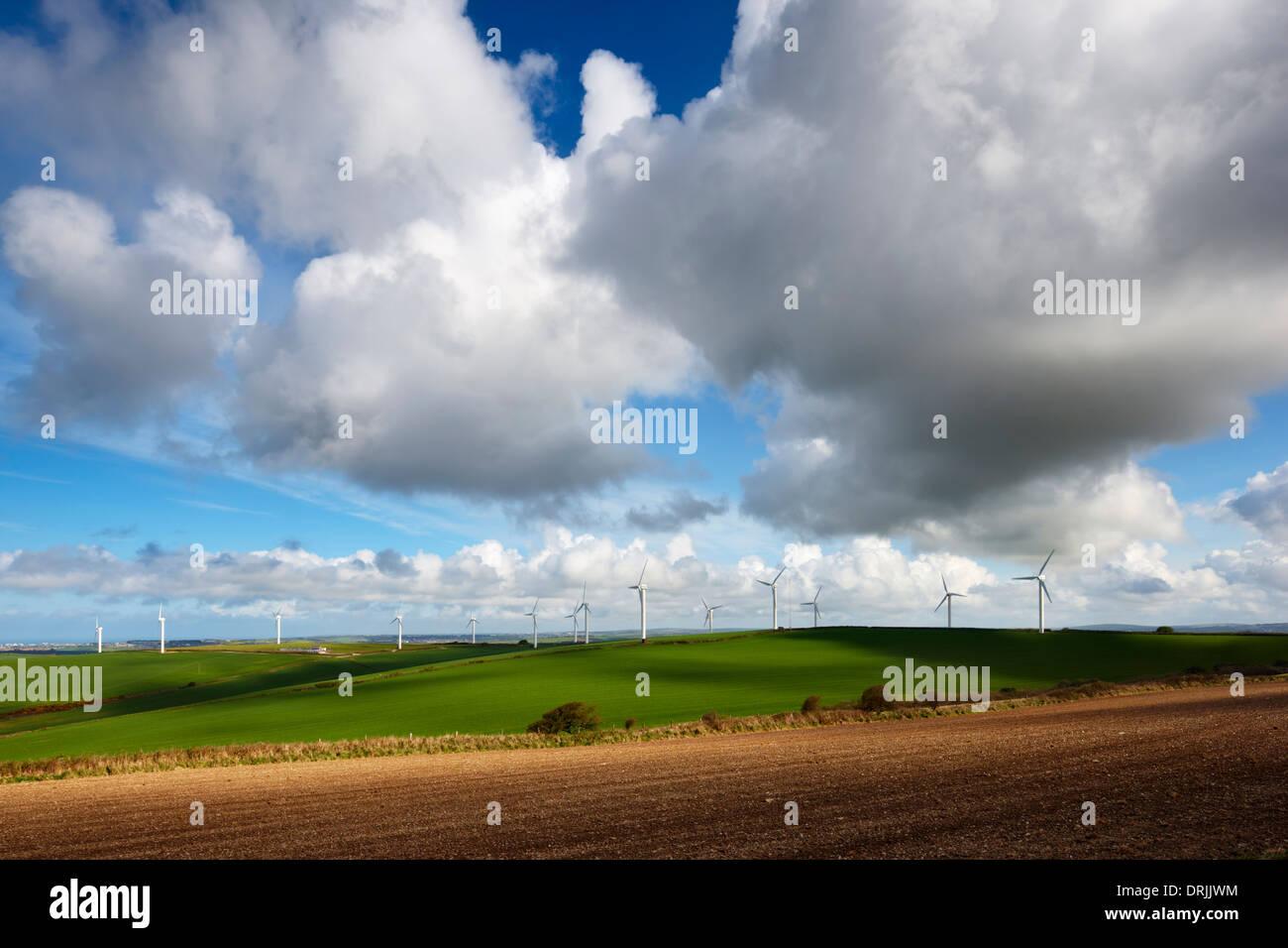 April-Himmel über Carland Cross Windpark, Cornwall Stockbild