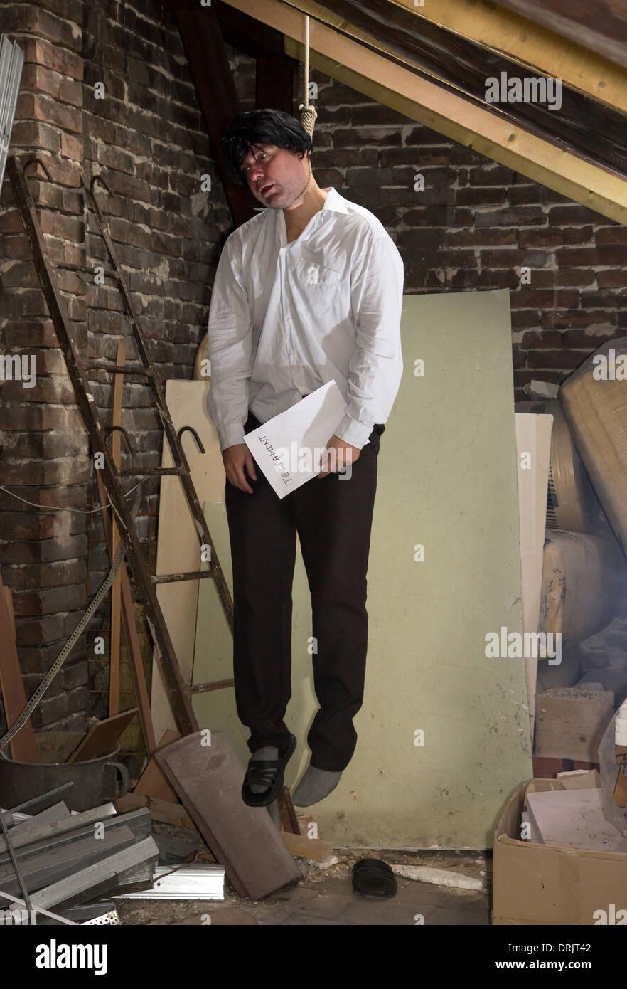 Mann ist auf dem Dachboden erhängt Stockfoto, Bild