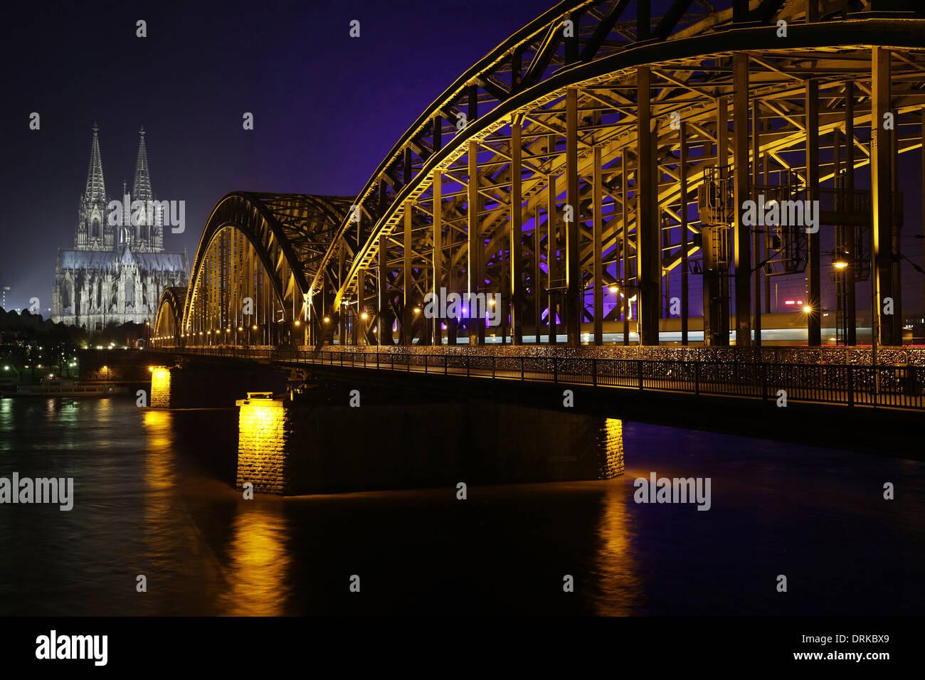 Deutschland Nordrhein Westfalen Koln Beleuchtet Kolner Dom Und Hohenzollernbrucke Nachts Stockfotografie Alamy