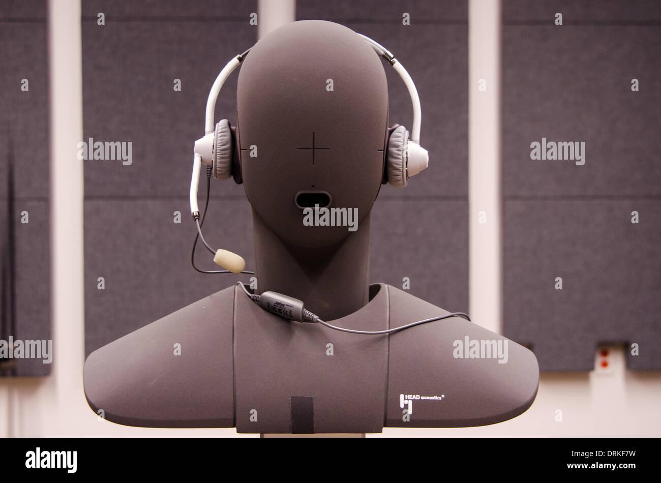 Ein Kunstkopf mit Kopfhörer in einem Labor in Sunnyvale, Kalifornien, wird verwendet, um die Klangqualität Stockbild