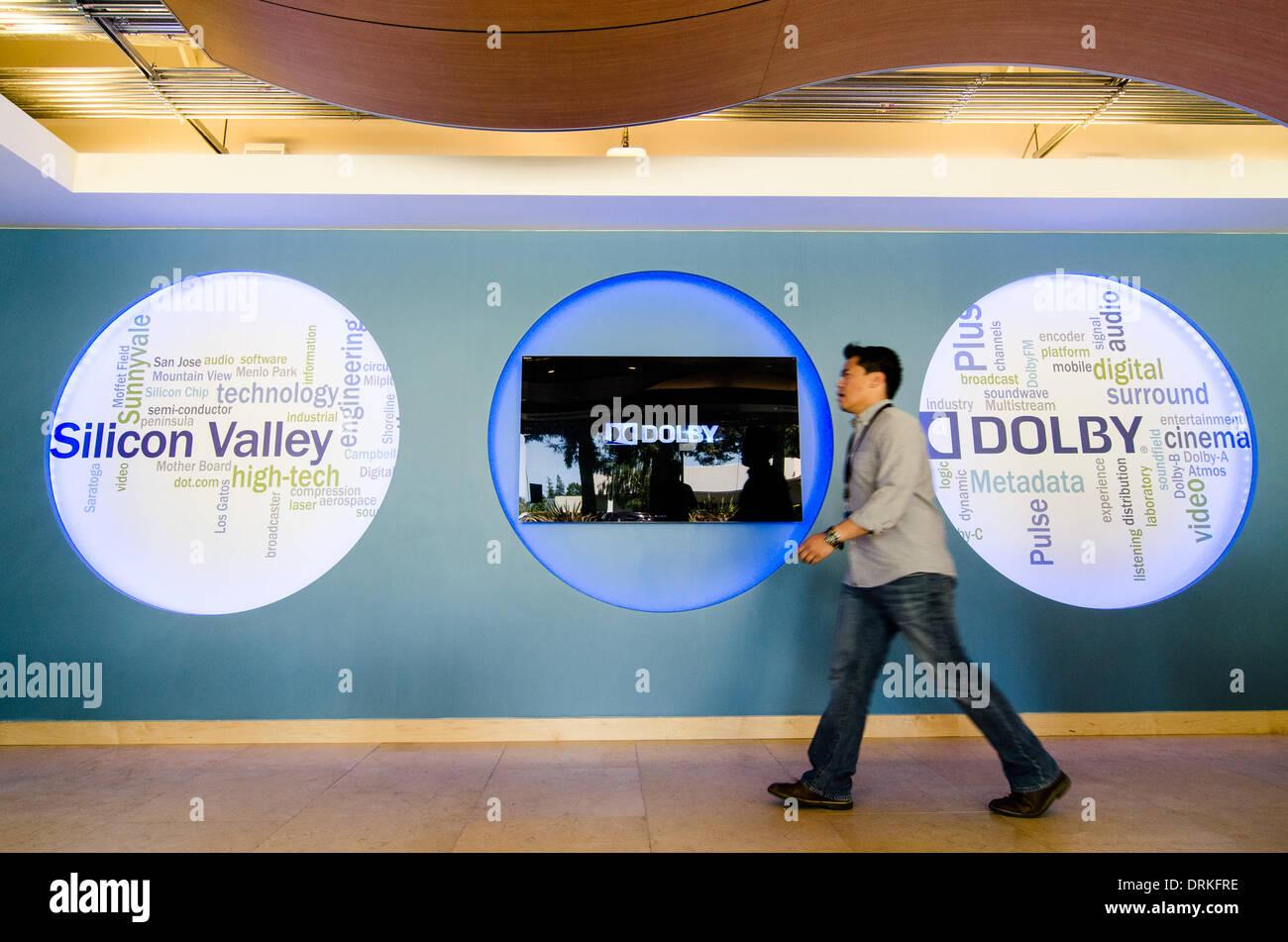 Ein Mitarbeiter geht es vorbei an den Dolby-Logo des Unternehmens Laboratory in Sunnyvale, CA (Eröffnung 2012). Stockbild