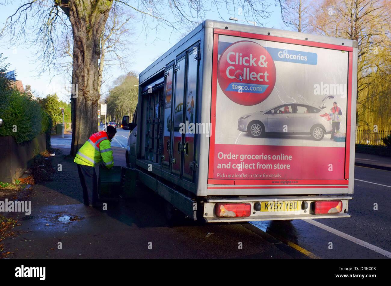 Tesco Nach Hause Liefern Lkw Mit Fahrer Entladen Lebensmittel