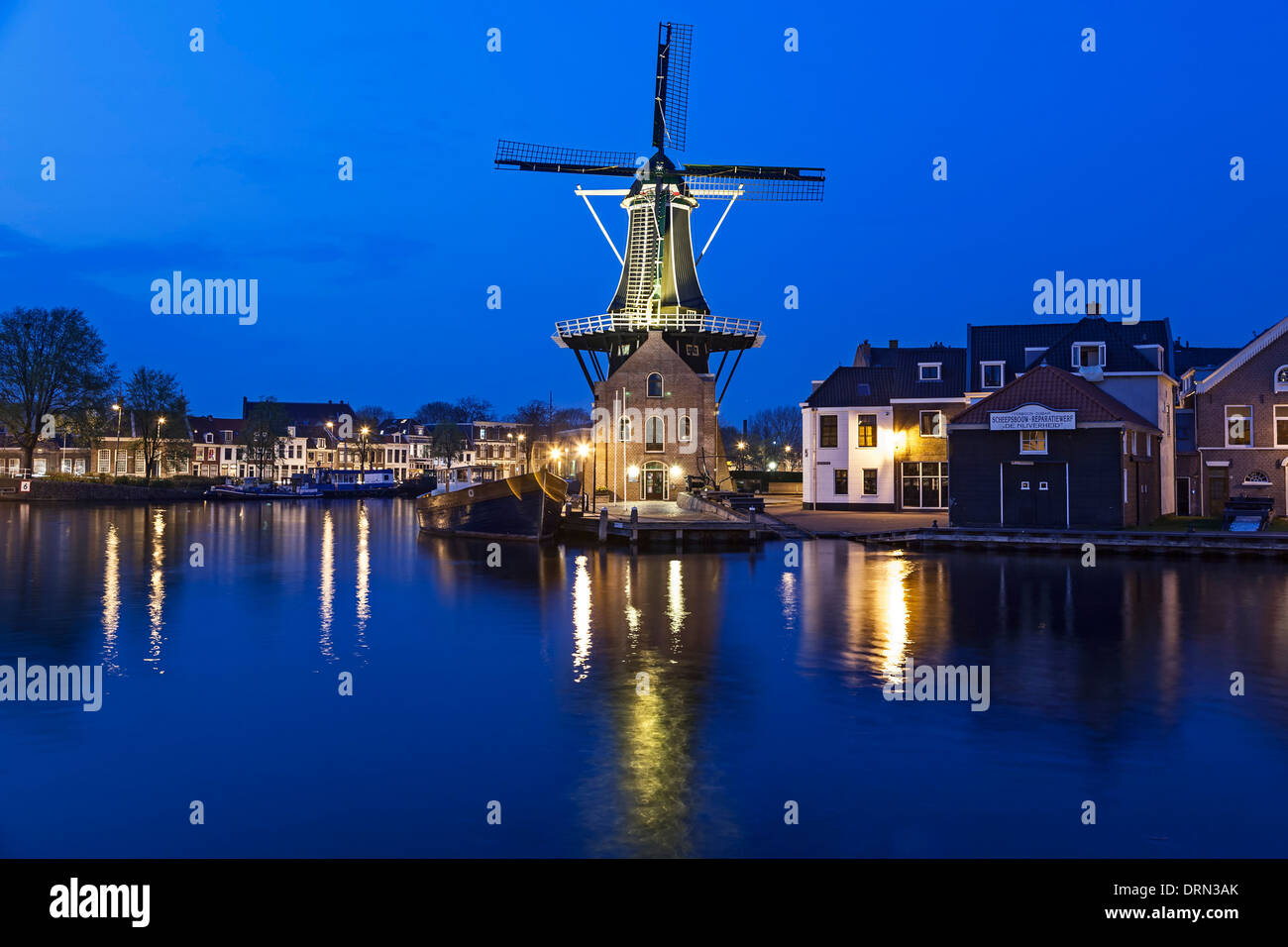 Windmühle und Spaarne River bei Dämmerung, Haarlem, Niederlande Stockbild