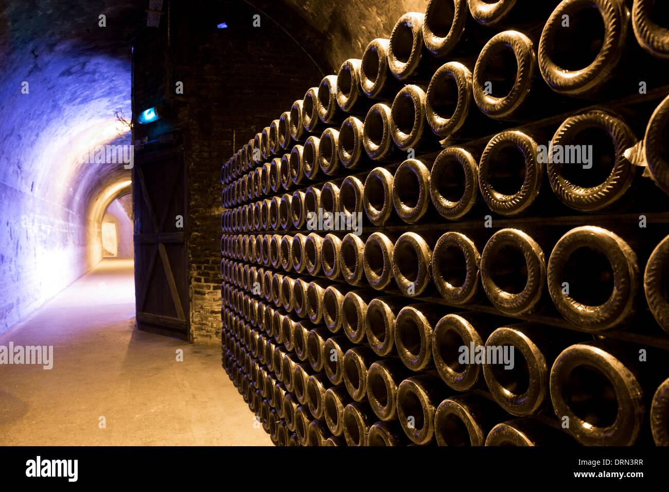 Methusalem Flaschen übereinander gestapelt und Altern in Höhlen von Champagne Taittinger in Reims, Champagne-Ardenne, Frankreich Stockbild