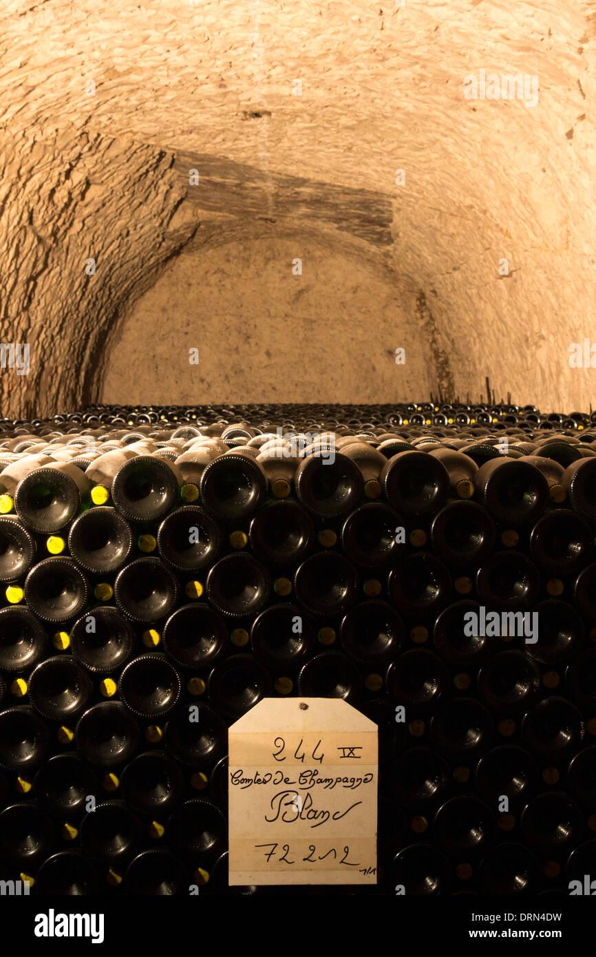 Comtes de Champagne, die 8-10 Jahren in den Höhlen von Champagne Taittinger in Reims, Champagne-Ardenne, Frankreich Alterung wurde Stockbild