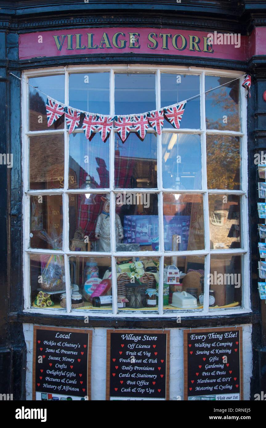Fassade des traditionellen Dorfladen, Touristenort, Grafschaft Sussex, England. Stockbild