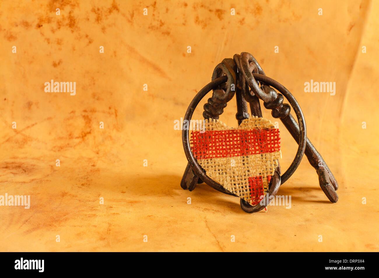 Alten Schlüsselbund mit Herz gemacht aus Leinen Stockbild