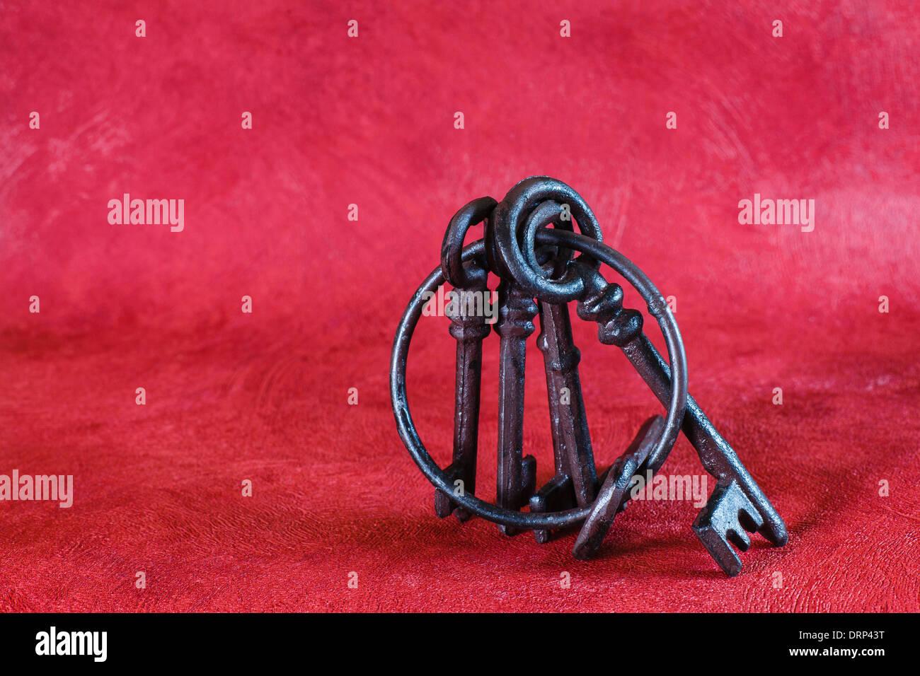 Alten Schlüsselbund auf rotem Grund Stockbild