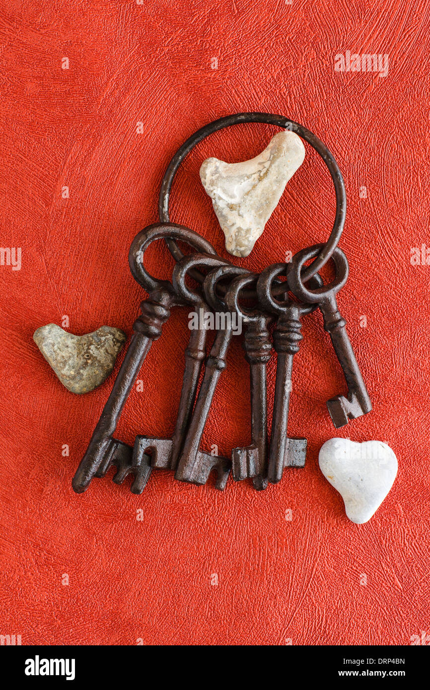 Alte Schlüssel und Herz aus Stein Stockbild