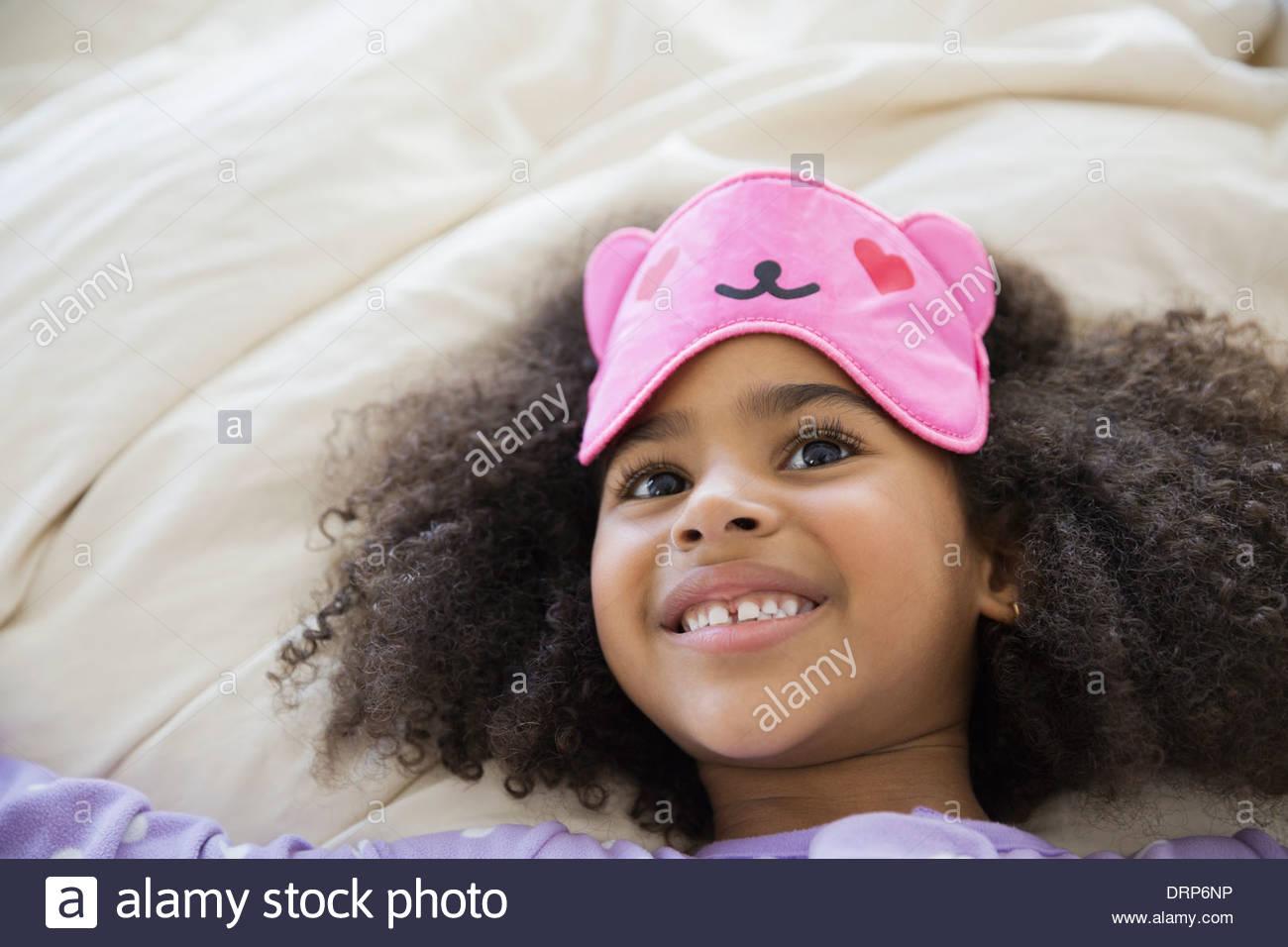Niedliche Mädchen tragen Augenmaske Stockbild
