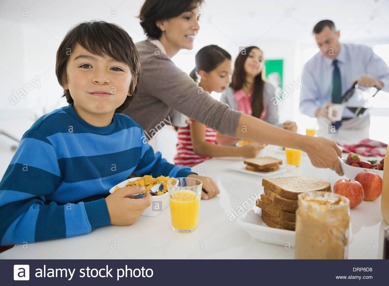 Porträt eines jungen frühstücken mit der Familie Stockbild