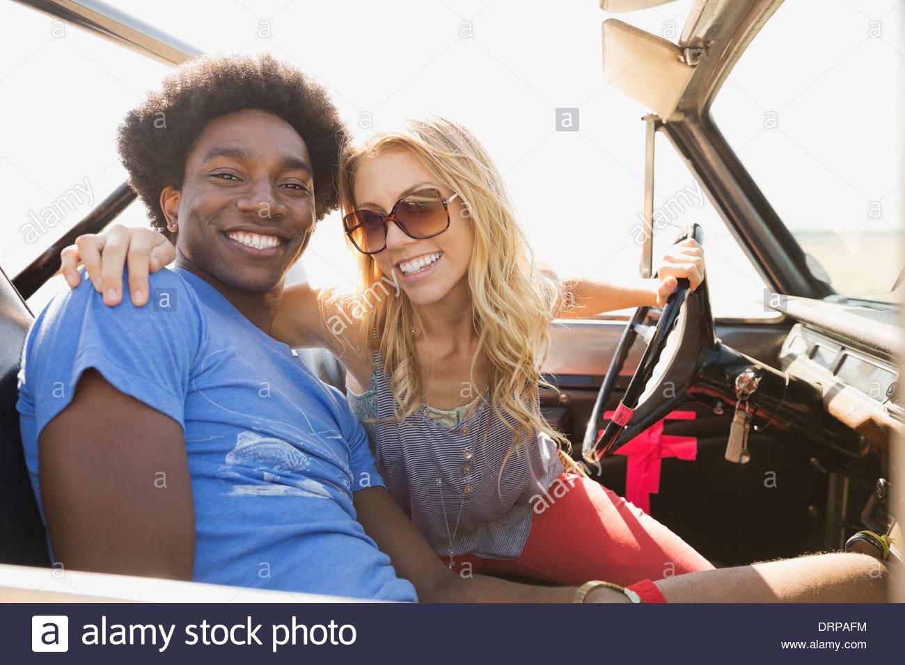 Porträt des Lächelns paar in Geländewagen Stockbild