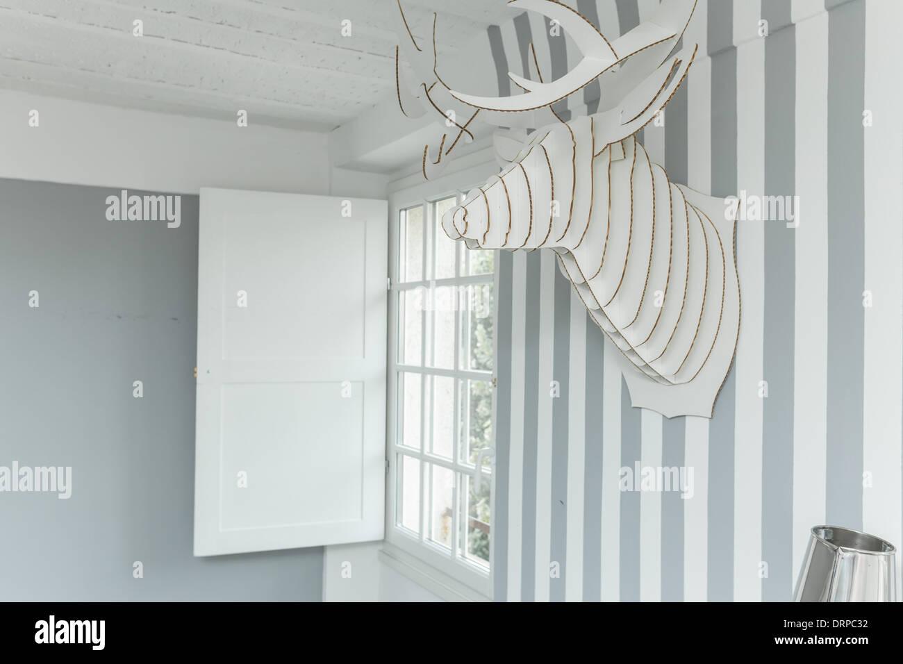 Deko Hirschkopf An Der Wand In Gestreifte Tapete Bedeckt Stockfoto