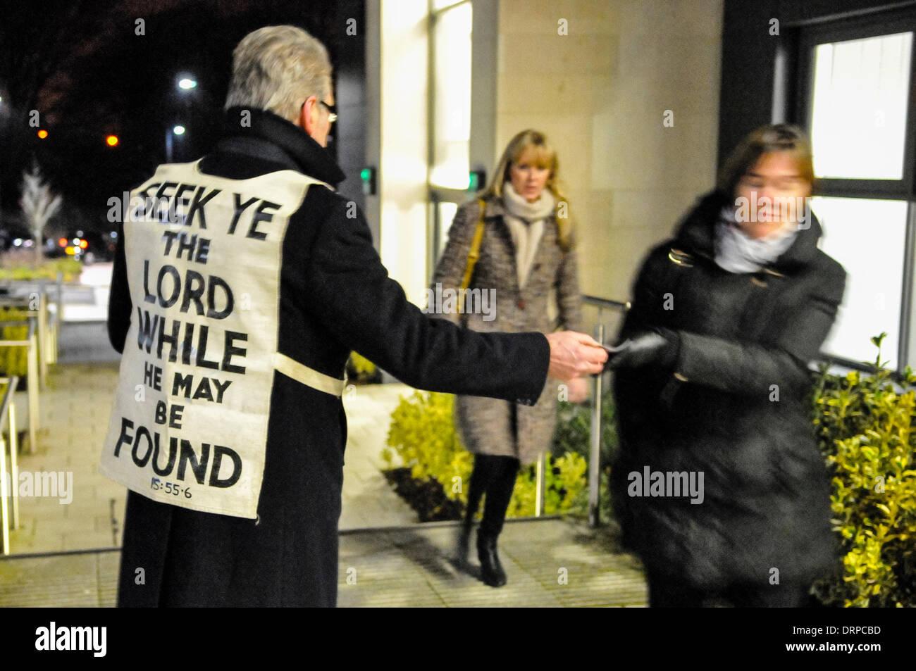 """Newtownabbey, Nordirland. 30. Januar 2014 - ein Mann trägt ein Lätzchen mit einem Bibelvers, händigt Evangeliumsgebiete Publikum Mitglieder wollen um ein Theaterstück zu sehen, die sie als """"Gotteslästerung"""" zu sehen. Bildnachweis: Stephen Barnes/Alamy Live-Nachrichten Stockfoto"""