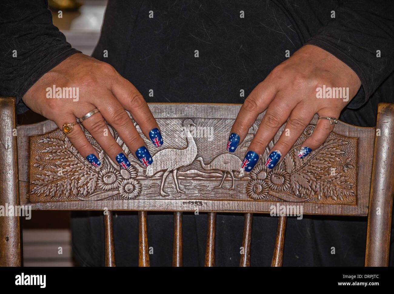 Australische Fahnen gemalt auf die Nägel der Hände, die auf einem ...