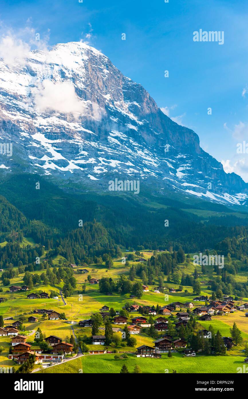 Die Stadt von Grindelwald unter den Eiger Nordwand in den Schweizer Alpen im Berner Oberland, Schweiz Stockbild
