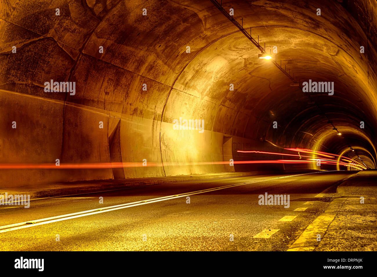 Tunnel in der Nacht mit Spuren des Lichts Stockbild