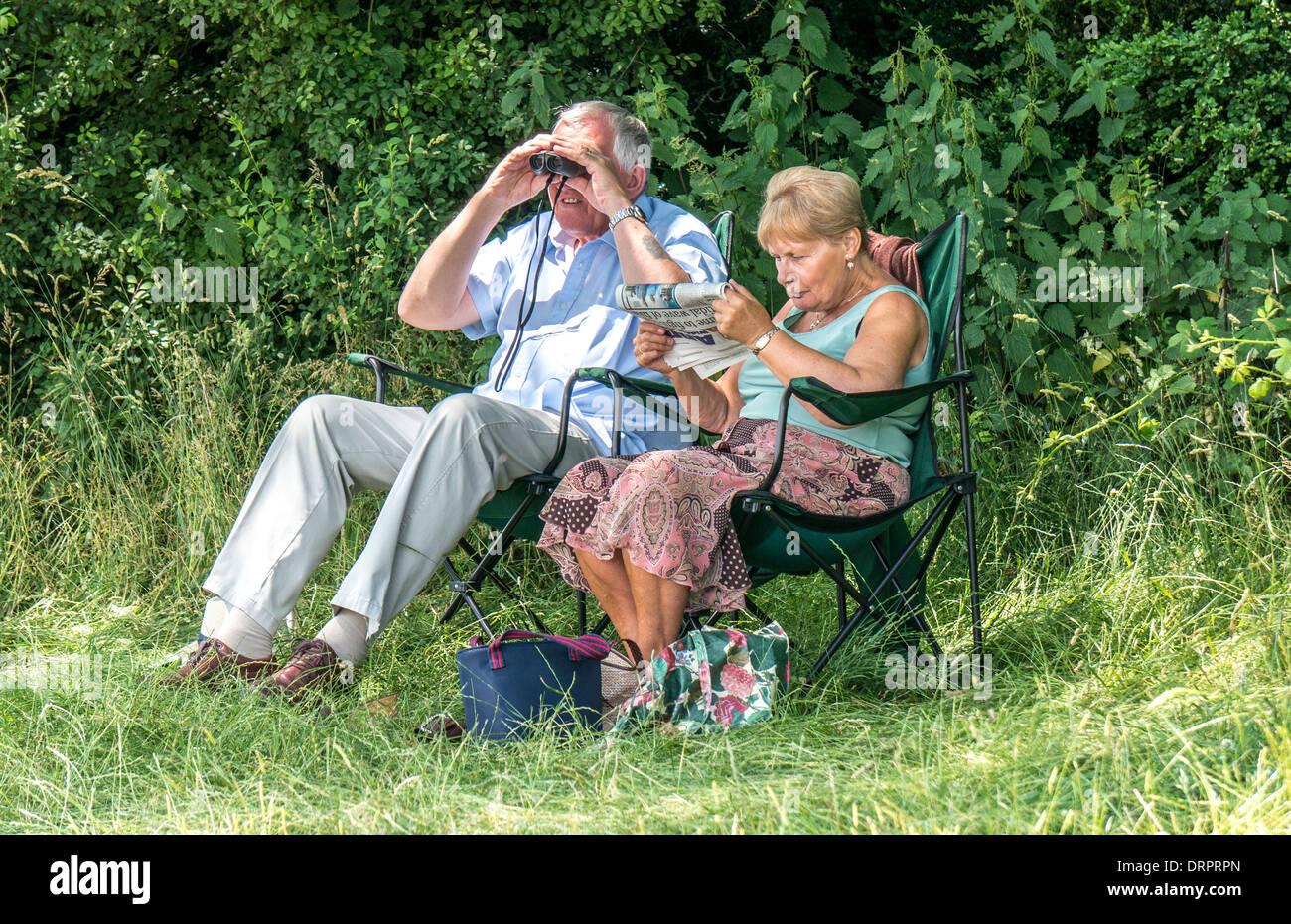 Alte/ältere Menschen/senior Paar relaxen in der warmen Sonne, die Sie auf tragbaren, leichten Stühlen, Stockbild