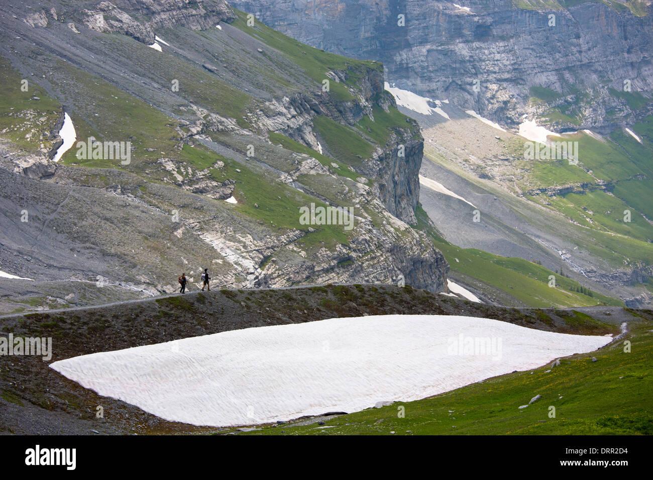 Wanderer auf dem Eiger-Trail in den Schweizer Alpen, Berner Oberland, Schweiz Stockbild