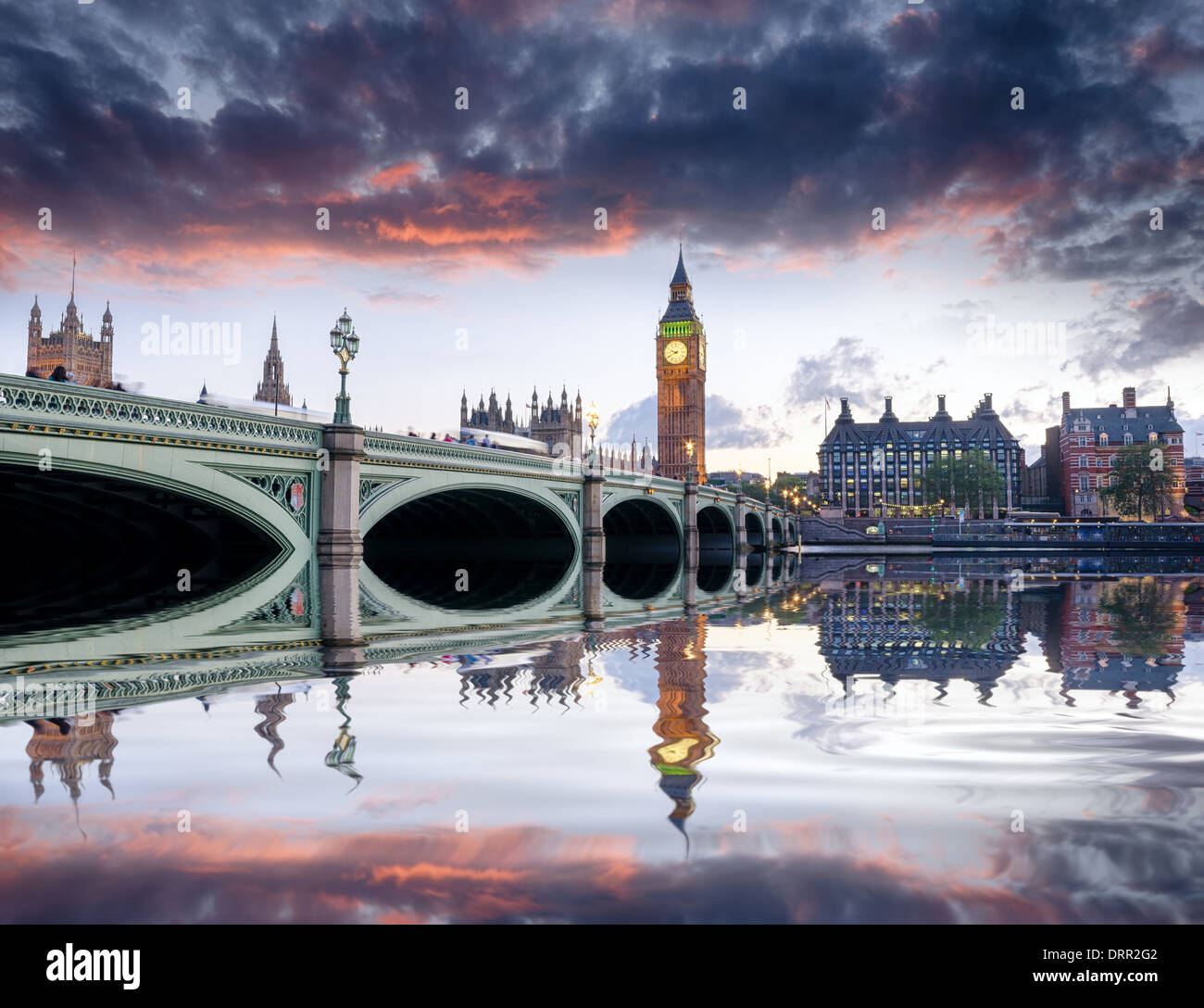 Abenddämmerung am Westminster Bridge und Big Ben in London Stockfoto