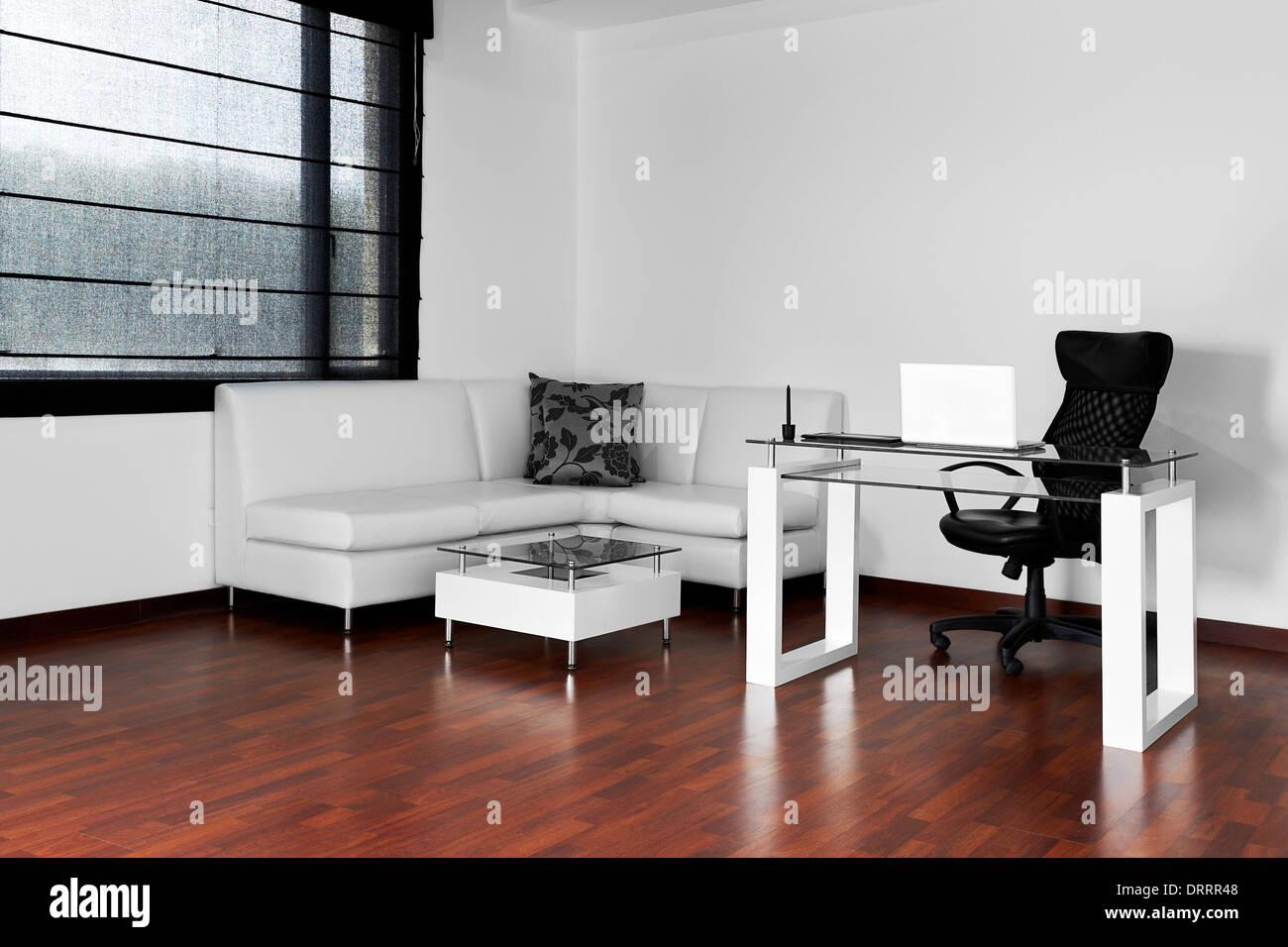 Modernes Wohnzimmer mit Schreibtisch und Stuhl Stockfoto ...
