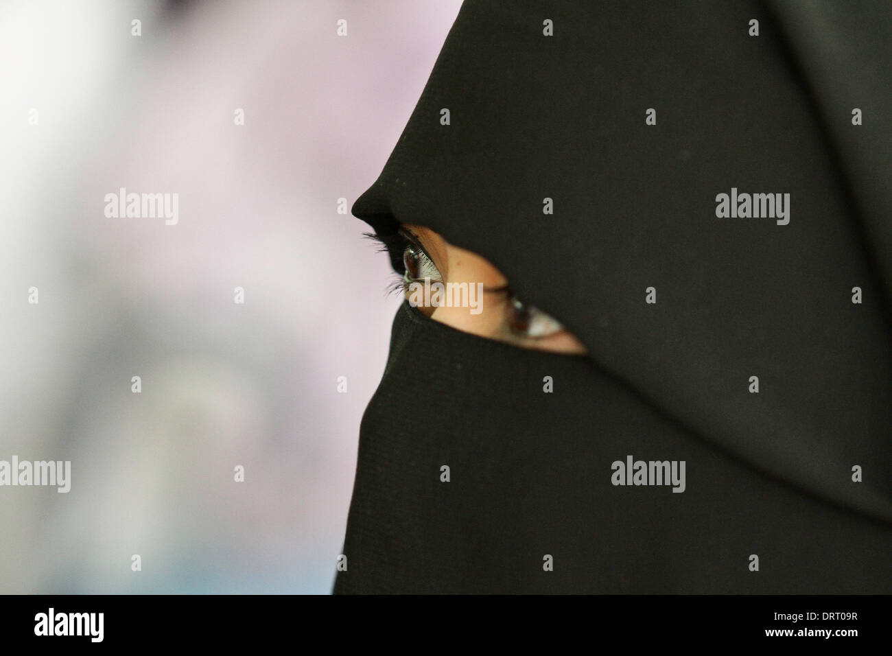 Quezon, Philippinen. 1. Februar 2014. Eine muslimische Frau ein volles Gesicht Hijab tragen besucht die Welt Hijad Tagesprogramm in Quezon City am 1. Februar 2014. In World Hijab Day sind Frauen aus muslimischen und nichtmuslimischen Frauen eingeladen, Hijab (Schleier) tragen für einen Tag zur Förderung religiöser Toleranz und Verständnis, warum muslimische Frauen Hijab zu tragen. Bildnachweis: Mark Fredesjed Cristino/Alamy Live-Nachrichten Stockbild