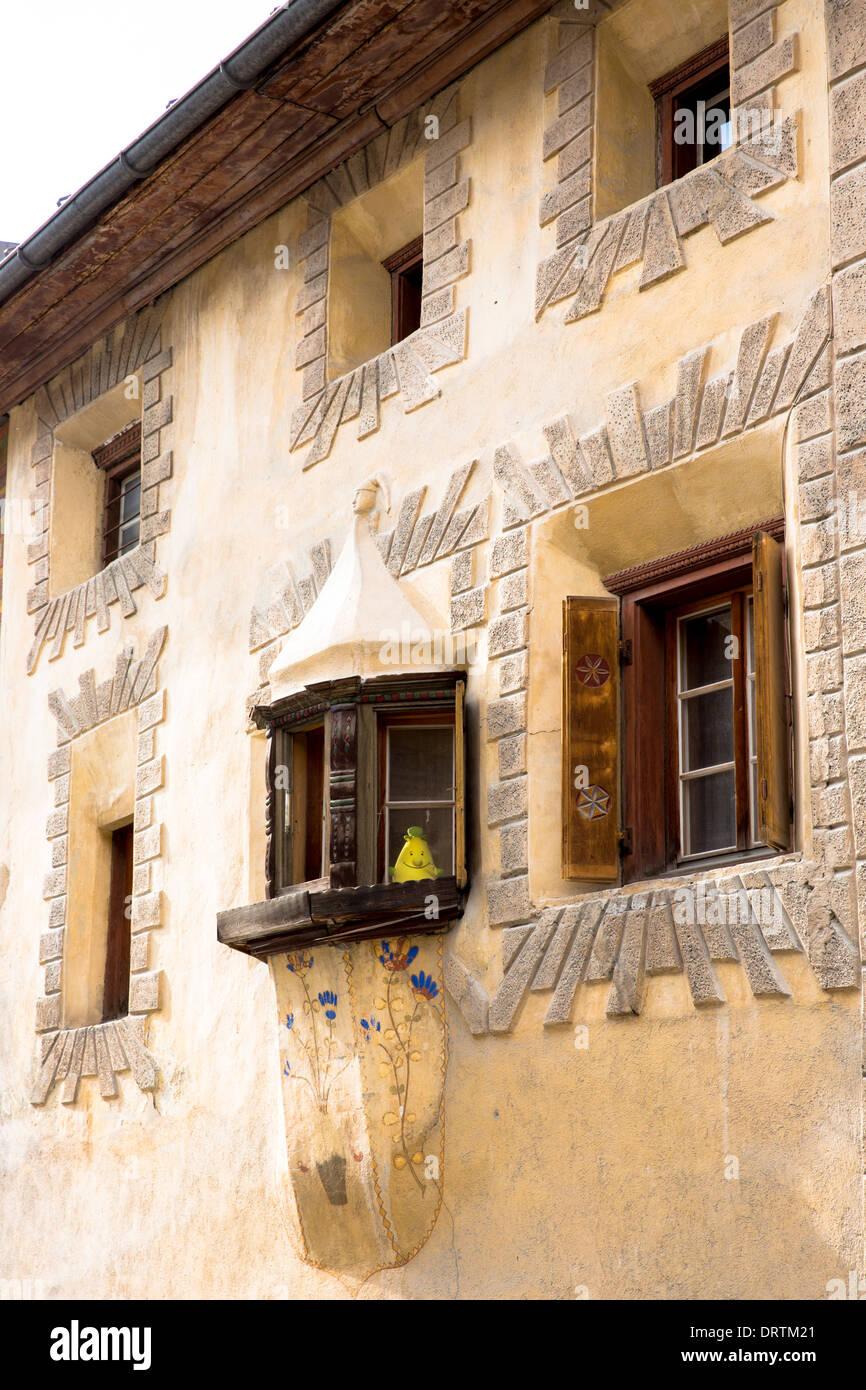 17 Jahrhundert Bild Architektur: Haus Im Dorf Ardez Im Engadin Mit Alten Bemalten 17