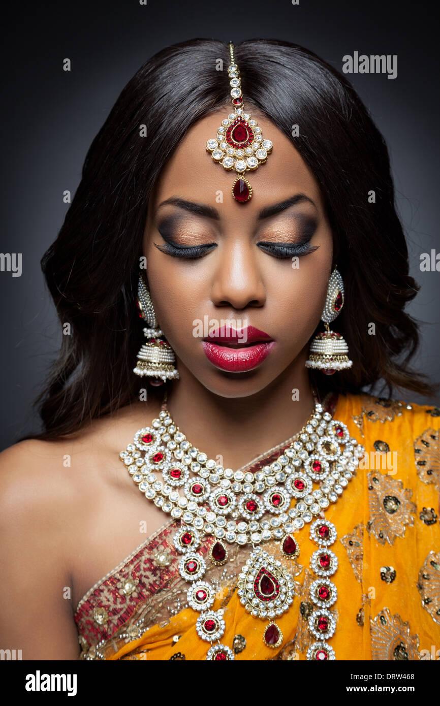 Junge indische Frau in traditionelle indische Brautkleid Stockbild
