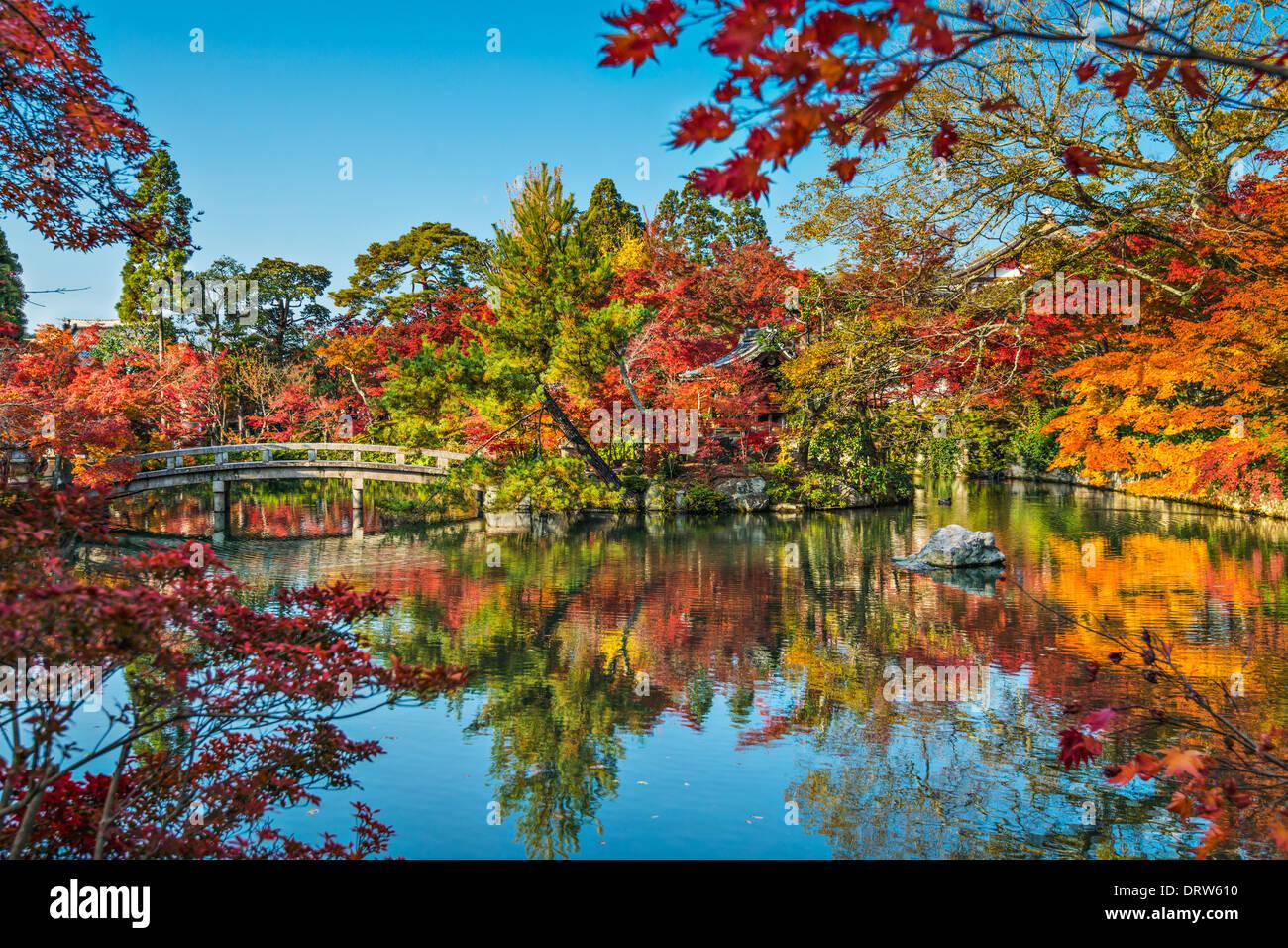 Kyoto, Japan am Teich und Brücke der Eikando Tempel im Herbst. Stockbild
