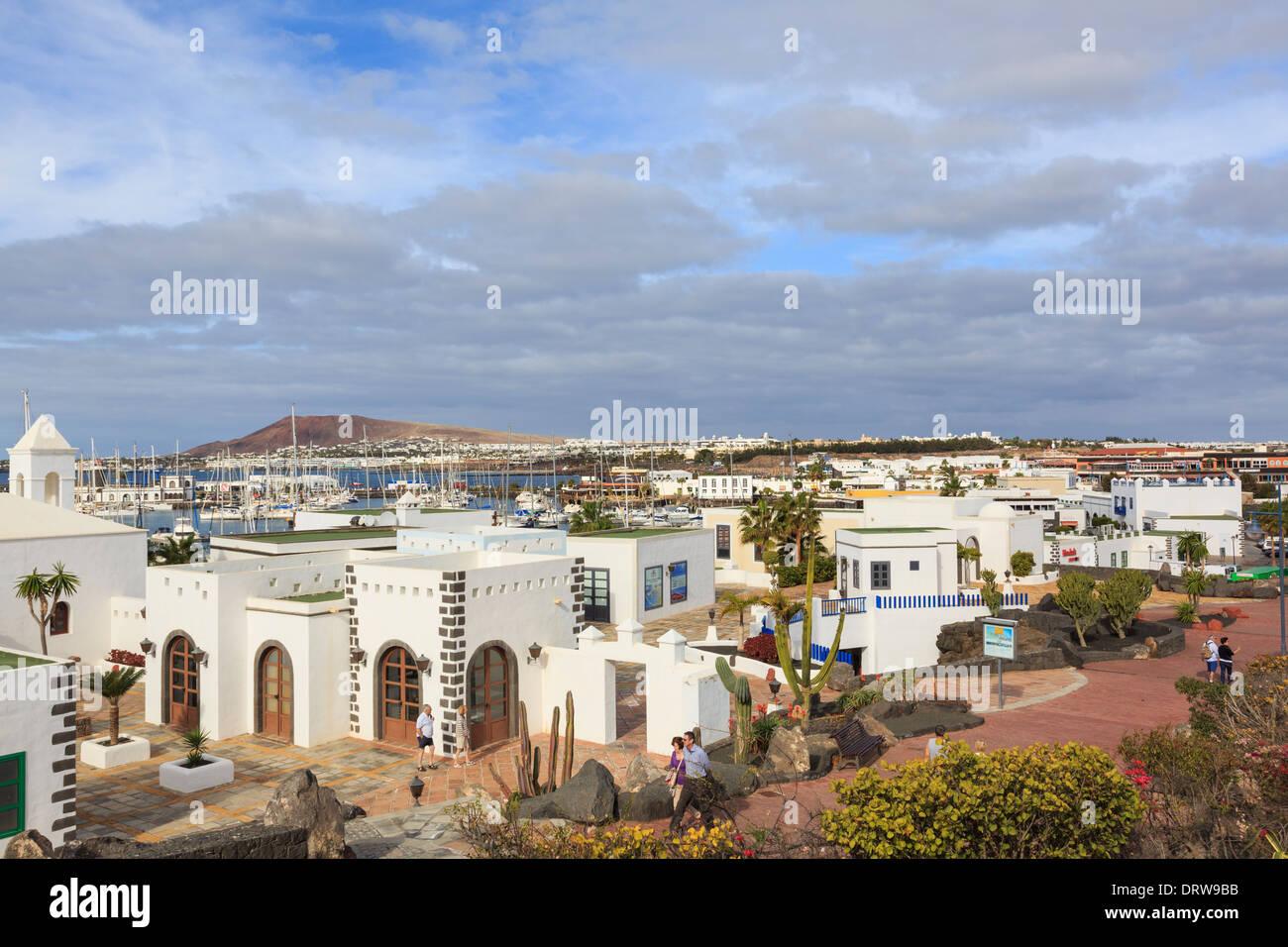 Weiße Gebäude in modernen gehobenen Neuentwicklung von Marina Rubicon, Playa Blanca, Lanzarote, Kanarische Inseln, Spanien Stockbild
