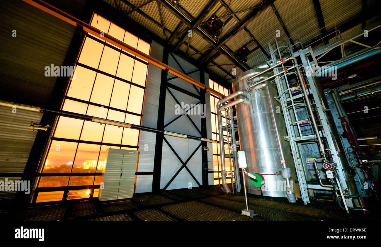 Große Glasfenster in einem Stahlrahmen Gebäude in der Nacht ...