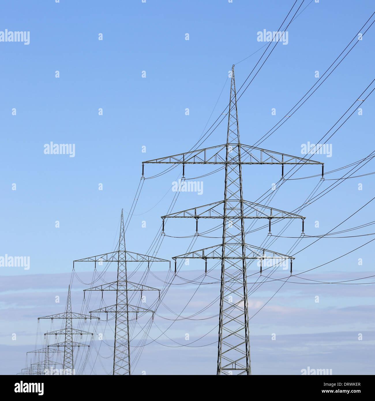 Strommasten gegen blauen Himmel Energie und Power Supply-Thema Stockbild